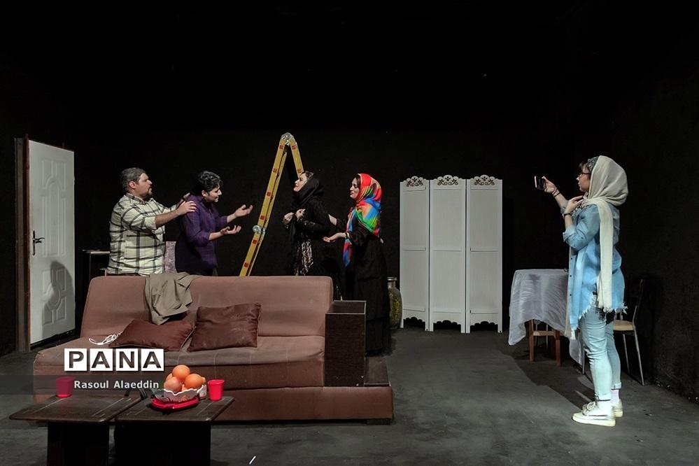 اجرای نمایش ازبیرون درسالن کوچک تالار محراب تهران