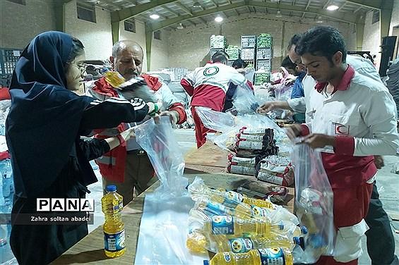 جمع آوری و بسته بندی کمک برای مناطق سیلزده؛ ایرانشهر
