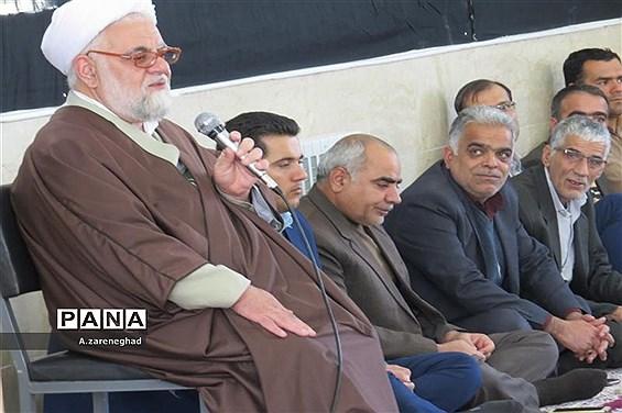 اقامه نماز و سخنرانی  امام جمعه اشکذر درهنرستان  خادمی