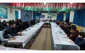 وزیر اقتصاد پای صحبت اعضای شورای دانشآموزی بهشهر نشست