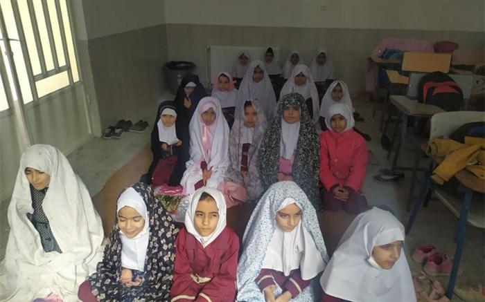 برگزاری نماز جماعت با دانش آموزان سر کلاس