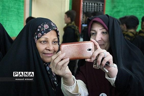 مرضیه هاشمی خبرنگار پرس تی وی در ویژه برنامه «لاله های روشن» قزوین
