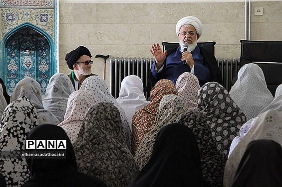 اقامه نماز و سخنرانی  نماینده ولی فقیه و امام جمعه یزد در دبیرستان بهادری یزد