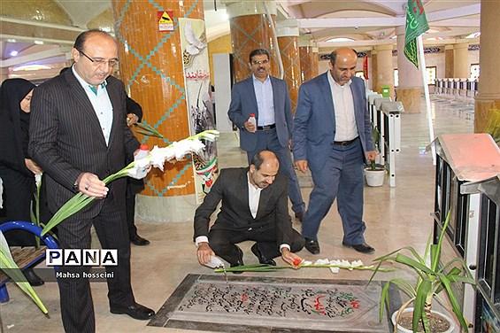 عطر افشانی گلزار شهدا همزمان با دهه فجر در بوشهر