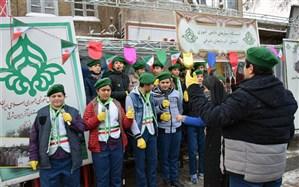 برپایی ایستگاه سازمان دانش آموزی آذربایجان شرقی در مسیر راهپیمایی ۲۲ بهمن ماه در زیربارش برف و دمای منفی 10 درجه+عکس