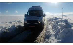 نجات سه نفر از افراد گرفتار شده در زیر برف