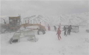نجات مسافران گرفتار در برف و کولاک شدید در جاده  زنجان- طارم