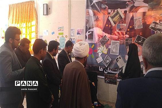 نمایشگاه انقلاب کاری از دانش آموزان عضو اتحادیه انجمن های اسلامی دبیرستان شهید ابراهیمی