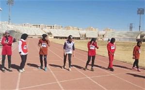 رقابت دختران دانش آموز یزدی در مسابقات دومیدانی