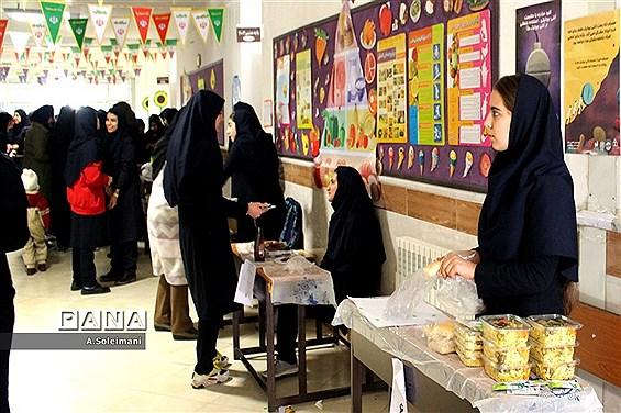 نمایشگاه دستسازههای مدرسه نمونه بسیج زنجان