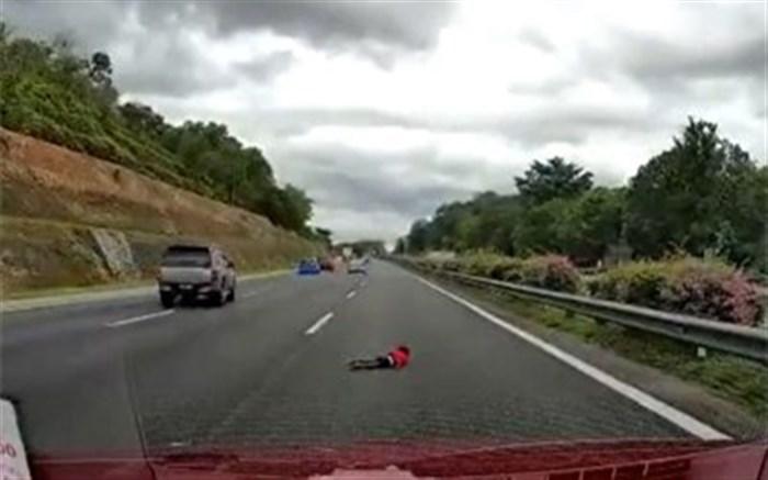 زنده ماندن معجزه آسای کودک ۲ ساله پس از ویراژ دادن پدر در جاده + ویدئو