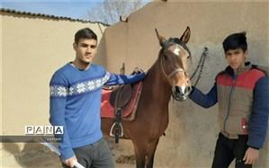 بازدید دانش آموزان شهید مطهری ابرکوه از باشگاه اسب سواری