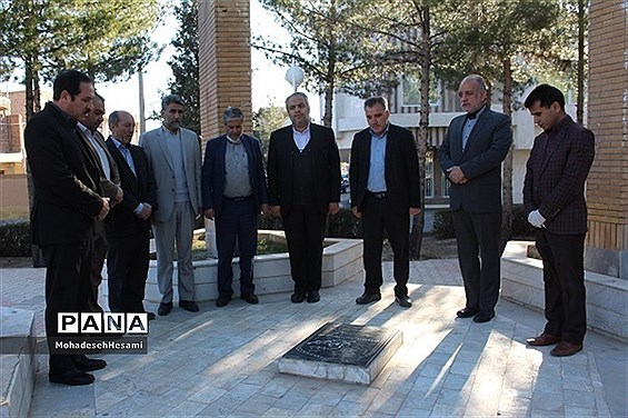 تجدید میثاق مدیرکل و جمعی از کارکنان آموزش و پرورش استان با شهدای گمنام در روز شهدا