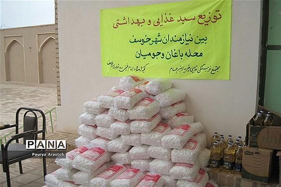 توزیع سبدغذایی و بهداشتی بین نیازمندان شهر خوسف