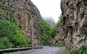 جاده چالوس به علت ریزش سنگ مسدود شد