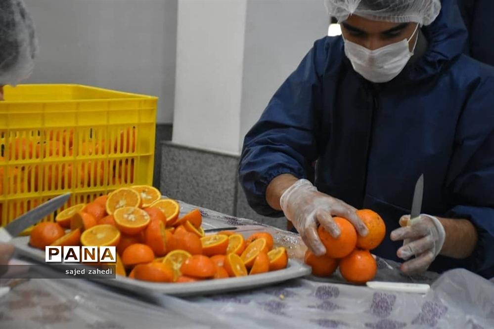 تهیه آب میوه طبیعی برای پرستاران و بیماران کرونایی توسط هیات های تبریزی