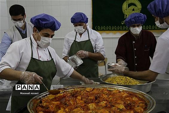 توزیع 400 پرس غذای متبرک آستان قدس رضوی بین کادر درمان و بیماران بیمارستان های میانه