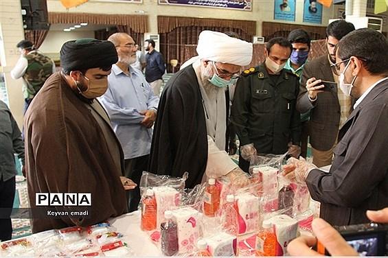 بازدید نماینده ولی فقیه در استان و امام جمعه بوشهر از محل استقرار اقلام بهداشتی و بسته های معیشتی