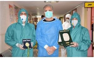 معلم محلاتی مدال طلای مسابقات جهانی والیبال را به پرستاران اهدا کرد