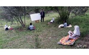 تدریس معلمان مناطق محروم  با رعایت فاصله اجتماعی در مناطق بی بهره از شبکه شاد
