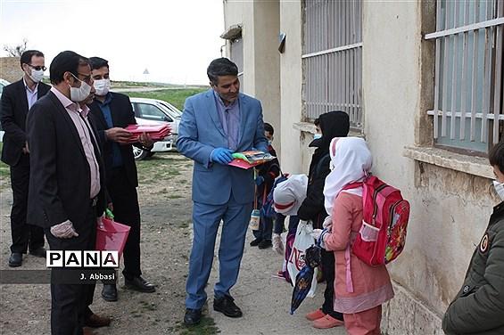 توزیع بستههای آموزشی توسط مدیرکل آموزش و پرورش استان زنجان در مناطق محروم