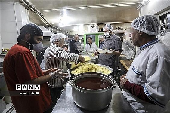 پخت و توزیع غذا درماه مبارک رمضان برای افراد نیازمند