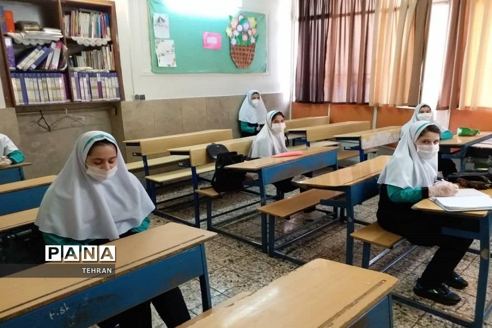 حضور داوطلبانه دانشآموزان منطقه 13 در کلاس درس