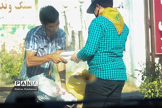 همکاری دانشآموزان پیشتاز مازندران در پخش غذا میان نیازمندان