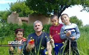 عشق شاگرد و معلمی در اسفرورین؛ یک شاخه گل هدیه روزانه دانش آموزان به معلم