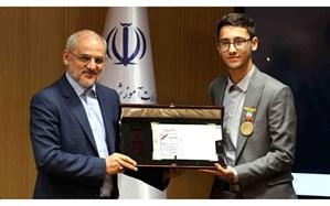 اهدای نشان سفیر مدرسه سازی از سوی وزیر آموزش و پرورش به دانشآموز استاد بزرگ شطرنج ایران
