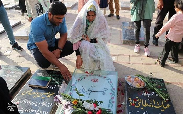 زوج جوان سیرجانی زندگی مشترک خود را از جوار مزار حاج قاسم سلیمانی آغاز کردند + تصاویر