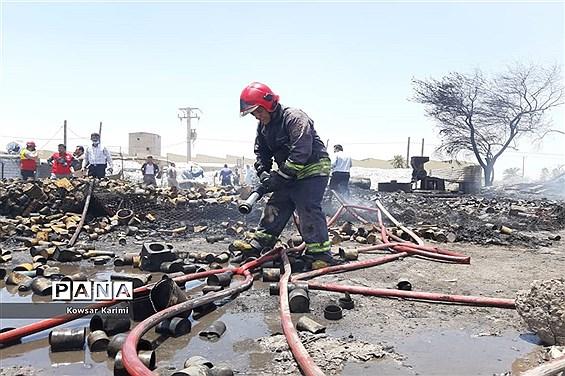آتش سوزی گسترده  در انبار ضایعات پلاستیکی منطقه ملاشیه اهواز