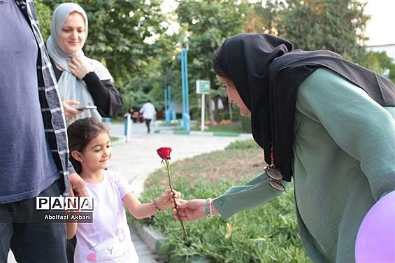 اهدای شاخه گل بین دختران خردسال در شهر ساری به مناسبت دهه کرامت