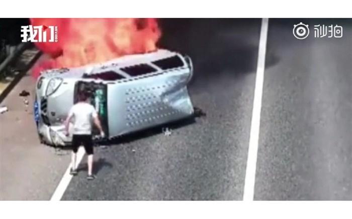 لحظه دلهره آور نجات سرنشینان از خودروی در حال سوختن!
