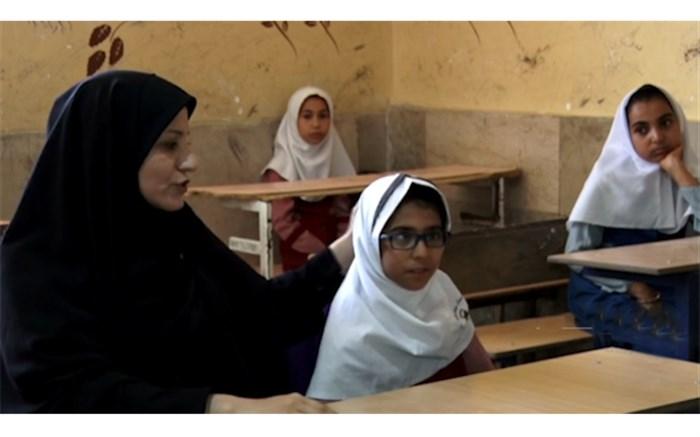 پر نور شدن چشمان یک دختر دانش آموز با مهر معلمش + ویدئو