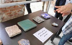 کشف بقایایی از کاشی های لعابدار و گورستانی بزرگ در مجموعهی مسجدصفی رشت
