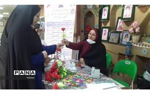 اهدای گل به مناسبت هفته ترویج فرهنگ عفاف و حجاب در منطقه۱۷