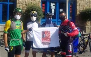 دوچرخهسوار شهرقدسی به همراه تیمی با شعار قدردانی از کادر درمان وارد چالوس شد