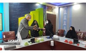 تجلیل از پژوهشگر ان برتر نهمین جشنواره تولید محتوای الکترونیکی در منطقه چهار