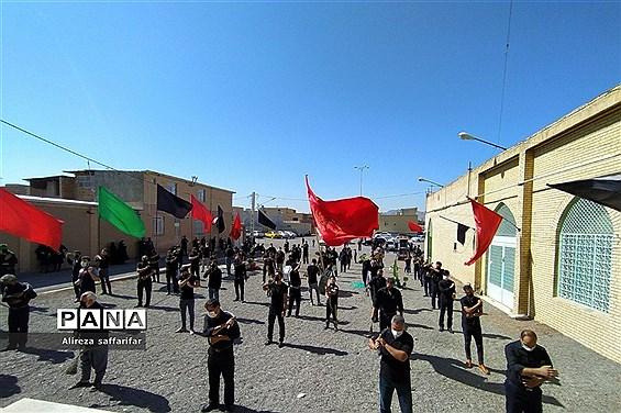 برافراشتن علم عزای حسین(ع)با رعایت پروتکلهای بهداشتی در اردستان