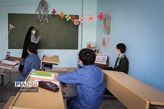 بازدید رئیس سازمان نوسازی مدارس کشور از مدرسه روحی شاد منطقه12