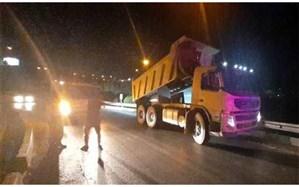 توقیف کامیون حین تخلیه نخاله در بزرگراه