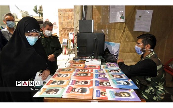 بازدید مدیر آموزش و پرورش منطقه 8 از نمایشگاه گرامیداشت هفته دفاع مقدس