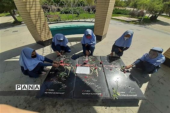 حضور دانشآموزان پیشتاز شهرستان بهار در مراسم گرامیداشت هفته دفاع مقدس