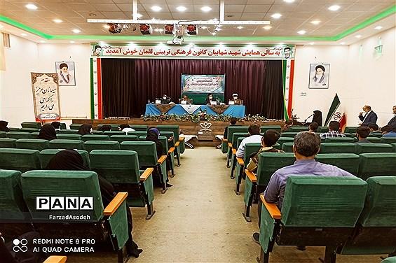 نشست صمیمی دانشآموزان بسیجی با  مسئولان شهرستان کاشمر در سالن شهید شهابیان کانون لقمان