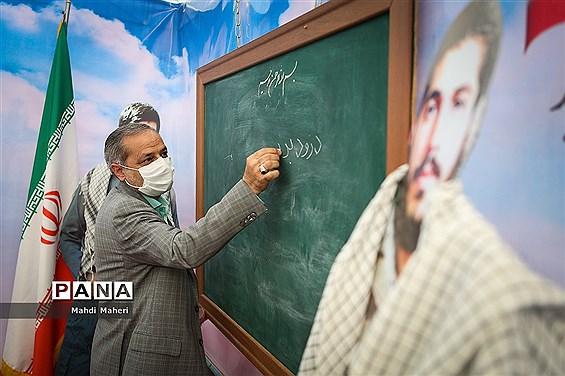 بازدید معاون پرورشی و فرهنگی وزارت آموزش و پرورش از نمایشگاه دفاع مقدس