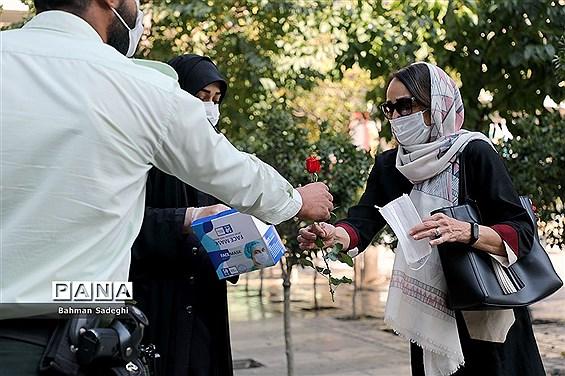 توزیع گل و ماسک در اولین روز از هفته ناجا