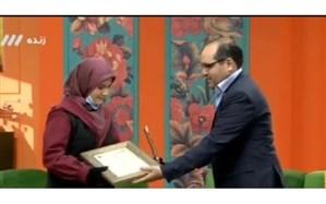 اعطای جایزه بنیاد البرز به دانش آموز دبیرستان شهید بینایی منطقه 15 شهرتهران