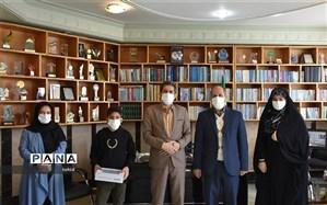 اهدا تبلت به دانش آموز کولبر پاوه ای توسط سازمان دانش آموزی استان کرمانشاه