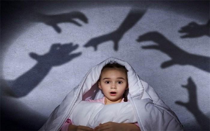 چگونگی رفتار والدین با کودکانی که ترس از تاریکی دارند